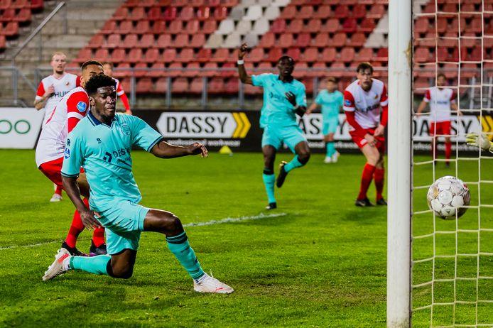 Willem II-spits Kwasi Wriedt (links) tikt de bal binnen die door Derrick Köhn (midden) hard voor het doel werd geslingerd: 3-2.
