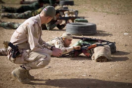 Nederlandse trainers leiden samen met coalitiepartners acht pelotons Koerdische Peshmerga-strijders op rond de Iraakse stad Erbil.