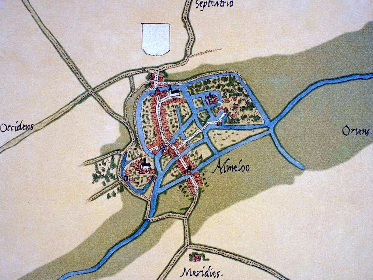 Almelo anno 1545, tekening van cartograaf Jacob van Deventer. Te herkennen zijn Huize Almelo, de grote kerken en twee stadspoorten.
