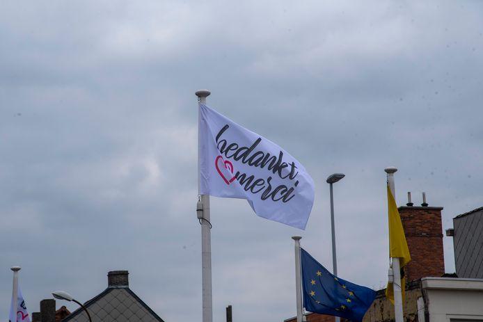 De vlag  wappert op het Felix Beernaertsplein in Wetteren.