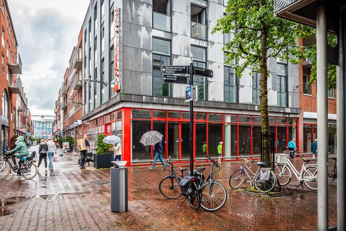 Het oude pand van de Mediamarkt aan het Rijnplein is een van de vele leegstaande winkelruimtes in Alphen.