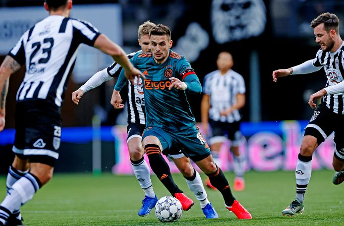 Dusan Tadic maakt er tegen Heracles het beste van, maar de aanvoerder van Ajax is een uitgesproken tegenstander van voetballen op kunstgras.