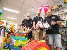 Stoere mannen met baarden helpen Speelgoedbank Twente in Almelo letterlijk op weg