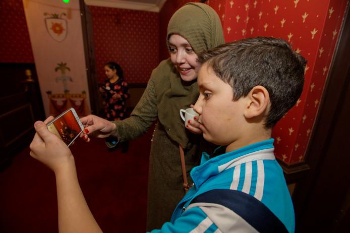 Kaatsheuvel Vloggers workshop in Theater van de Efteling , zoon Mohammed 10 jaar  en zijn moeder Loubna en zusje Fatima bekijken de vlog