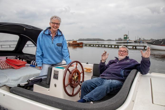 """Het sloepje van Yvonne en Herman Posthoorn is net het water ingegaan. Ze zijn dolgelukkig met de polyester boot: """"Een beetje poetsen en klaar om te varen.''"""