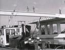 De bouw van de Drie Sluizenbrug tussen de Radiumweg en de Bunschoterstraat. Een paar bruggenbouwers zonder hoogtevrees lopen over de ijzeren constructie naar de overzijde. De officiële opening door burgemeester Schreuder was op 17 december 1987.
