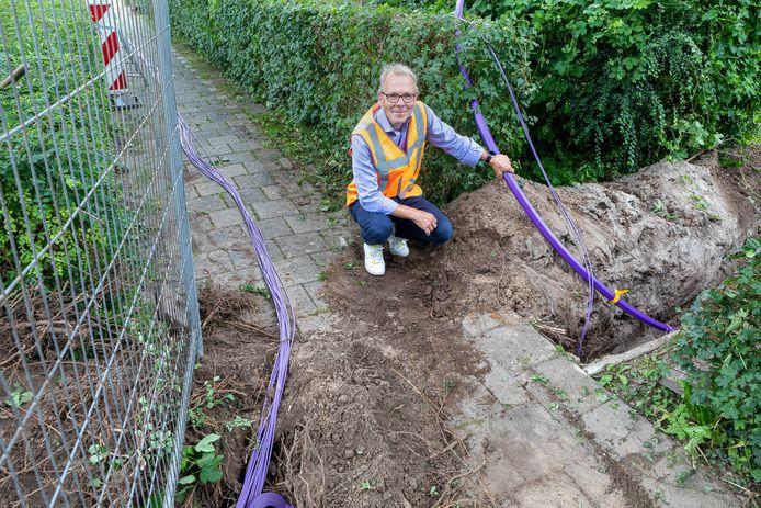 Gerard Overmars van E-Fiber bij de aanleg van glasvezel in Zevenbergen.