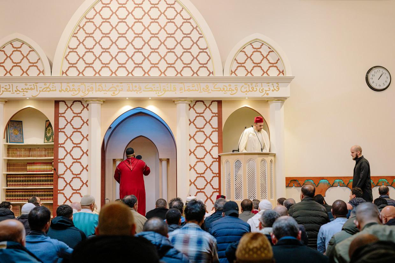 Imam Elforkani luistert op de preekstoel naar de gebedsoproeper. Buiten was niets te horen. Beeld Marc Driessen