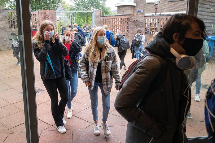 Middelbare scholieren met een mondkapje op. Foto ter illustratie.