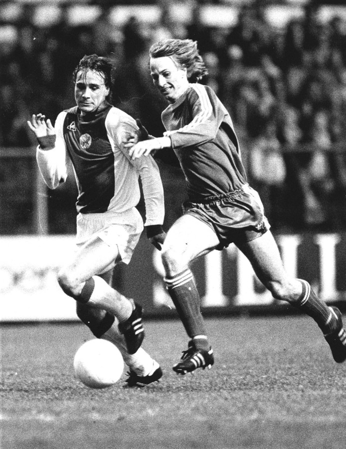 Adrie Koster als speler van PSV in duel met Ajacied Peter Boeve.