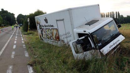 Mercedes knalt frontaal op bestelwagen