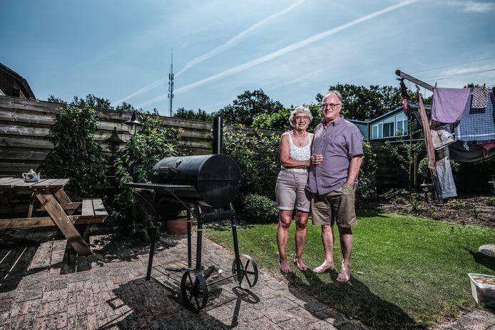 Gineke en Keith in de tuin bij de smoker in de tuin in Zelhem.