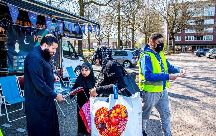 De Ramadan Tour van Moslim Empowerment Tilburg (MET) op het Verdiplein. Een van de organisatoren Mohamed El Hani (links) bespreekt de Ramadan-problemen met bezoekers van de Ramadan-bus. Rechts Mohammed Aknin van MET.