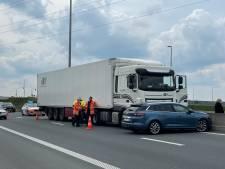 Vrachtwagen sleurt auto enkele meters mee op Expresweg