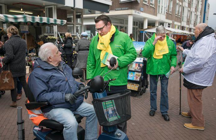 Groep de Mos/Hart voor Den Haag op campagne in 2018.  De lokale partij  kreeg destijds 50.000 euro aan donaties van bevriende ondernemers die volgens het Openbaar ministerie beloond werden met vergunningen en geheime informatie.