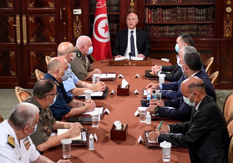 President Saied leidt een vergadering over de veiligheid in het land met mensen van het leger en de politie afgelopen zondag. Beeld AP