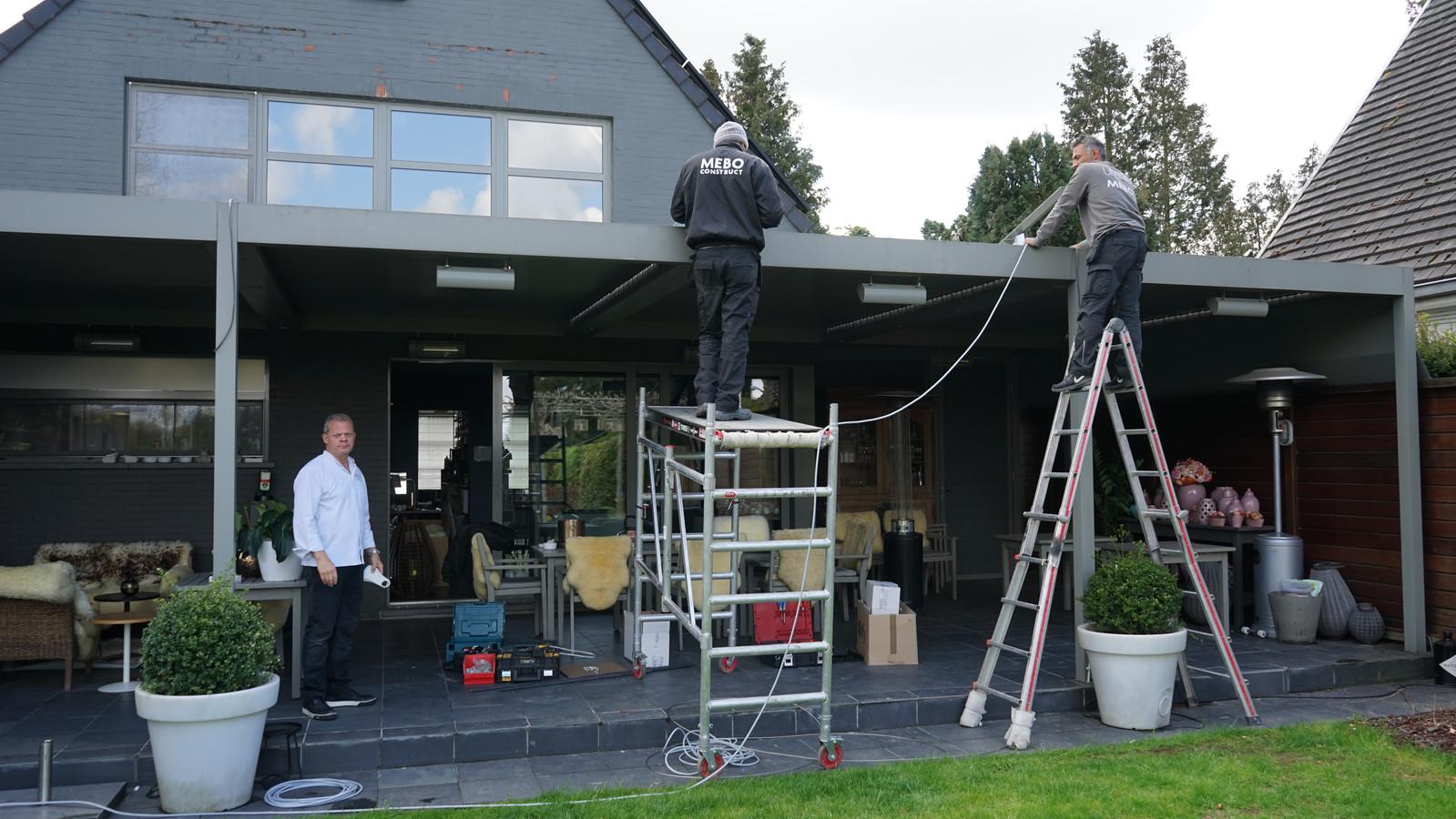 Vrijdag werden nog snel enkele extra terrasverwarmers bijgeplaatst.