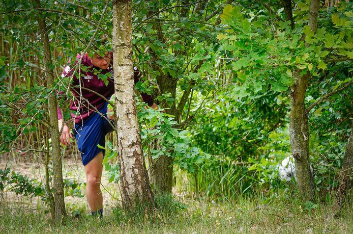 Jordens Peters vanuit een lastige positie... op de boom!
