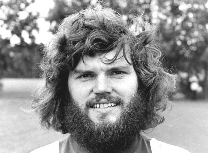 Barry Hulshoff in 1975. De voormalig verdediger van Ajax en Oranje stond tijdens zijn loopbaan bekend om zijn goede spel, maar ook om zijn wilde haren en baard.
