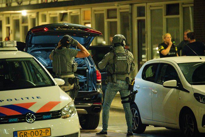 Arrestatieteam gaat een woning aan de Don Boscostraat in Tilburg binnen om er zeker van te zijn dat zich daar niemand met een vuurwapen schuilhoudt.