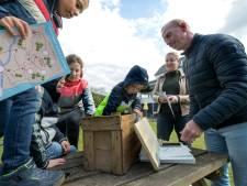 Stuiterende kids op de achterbank tijdens Rondje de Liemers: zoektocht naar schatkisten vanuit de auto