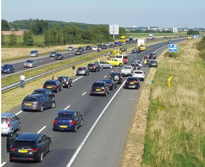 Auto over de kop op A58