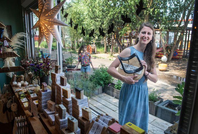Elisah Pals is van Zero Waste Nederland en heeft de Bredase circulaire doorgeef-trofee ontvangen.