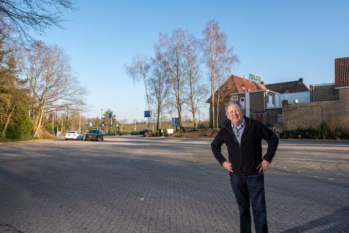 """Projectleider Roelf Raterink op de plek waar de gemeente Elburg over twee weken voor het eerst een drive-through stembureau optuigt. ,,La Place zit dicht. En de enorme parkeerplaats ernaast wordt dus ook niet gebruikt, terwijl die op een unieke locatie ligt."""""""