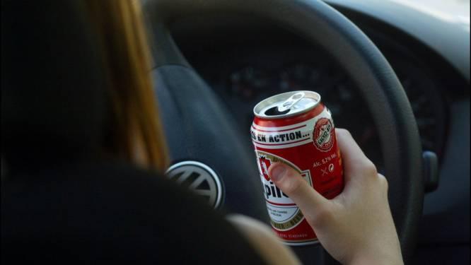 Vrouw met bierblikje achter het stuur veroorzaakt botsing en gaat agenten te lijf