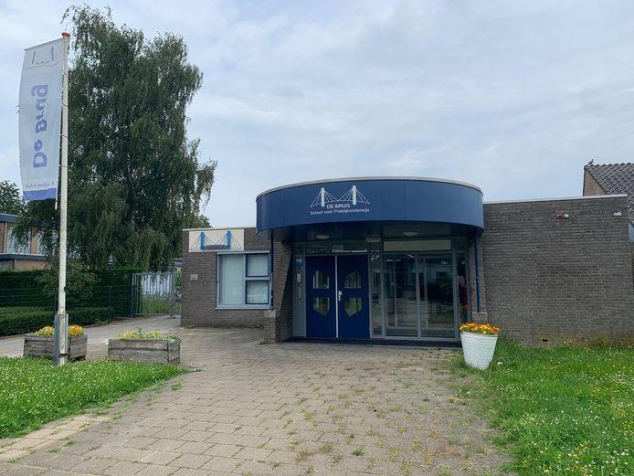 De ingang van het voormalige schoolgebouw van De Brug aan de Wielkamp in Zaltbommel.