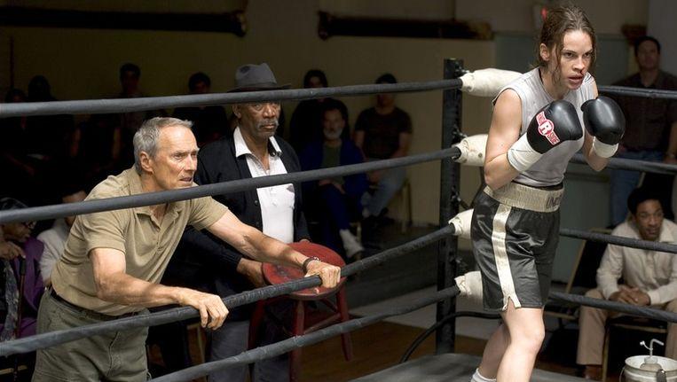Vast ingrediënt in de boksfilm: de coach. Hier Clint Eastwood (l.) die in Million Dollar Baby Hilary Swank (r.) traint. Beeld UNKNOWN
