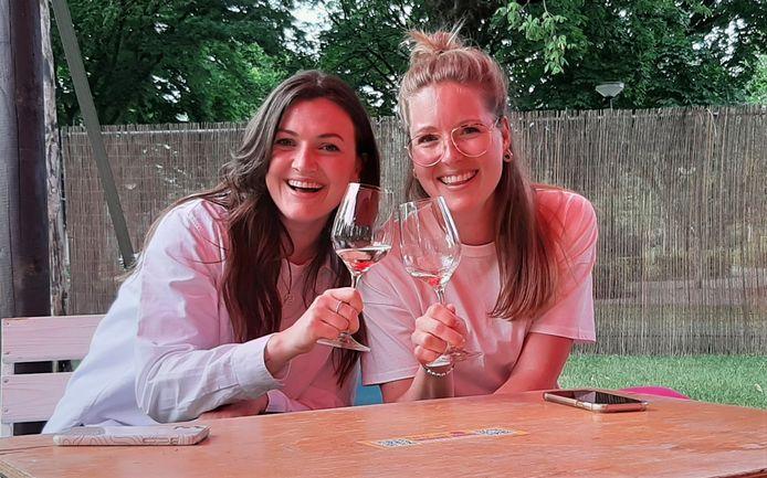 Lisa van der Heijden (links) en Annebel Neppelenbroek op Park Lounge in het Schijndelse Jansenpark.