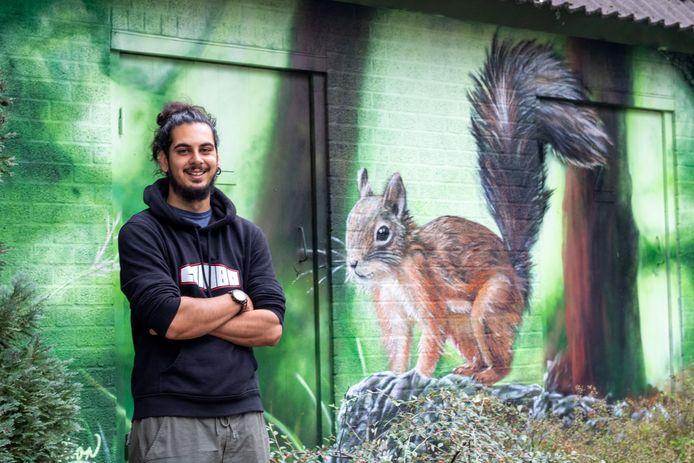 Graffitiartiest Vincent William, alias 'Combo' heeft het vervallen huisje bij de Ericalaan Ede weer kleur gegeven.