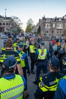 Politie zoekt relschoppers Koningsdag: wie zich niet meldt, komt herkenbaar in beeld