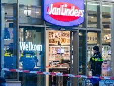 Overvallers met messen en bijlen sluiten supermarktpersoneel Jan Linders op in koelcel