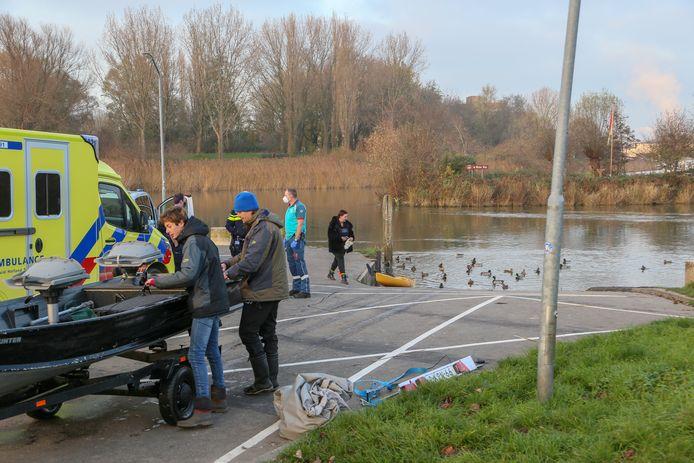 De twee vissers op de plek waar ze de omgeslagen kanoër uit het water wisten te halen.