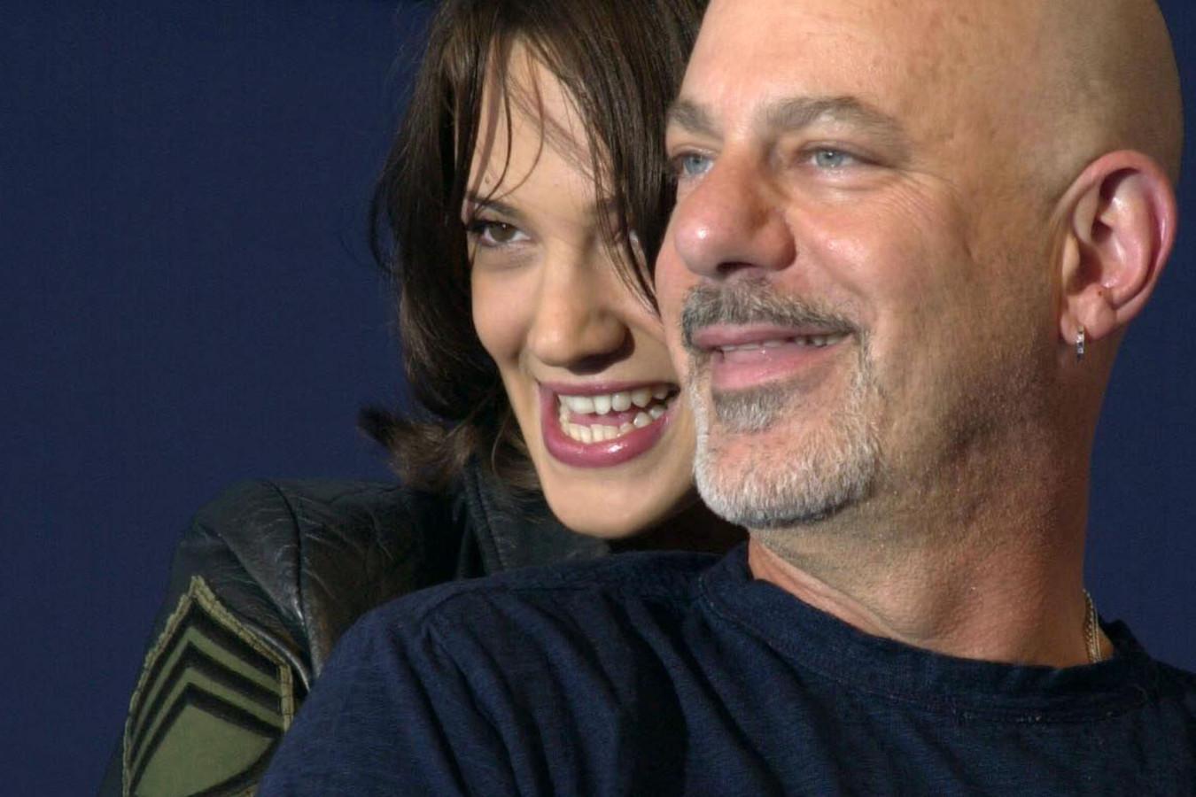 Archiefbeeld. Actrice Asia Argento samen met regisseur Rob Cohen tijdens het 28ste Amerikaanse filmfestival van Deauville.