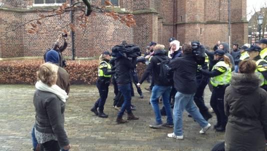 De demonstrant met de varkensmuts wordt aangehouden in Ede