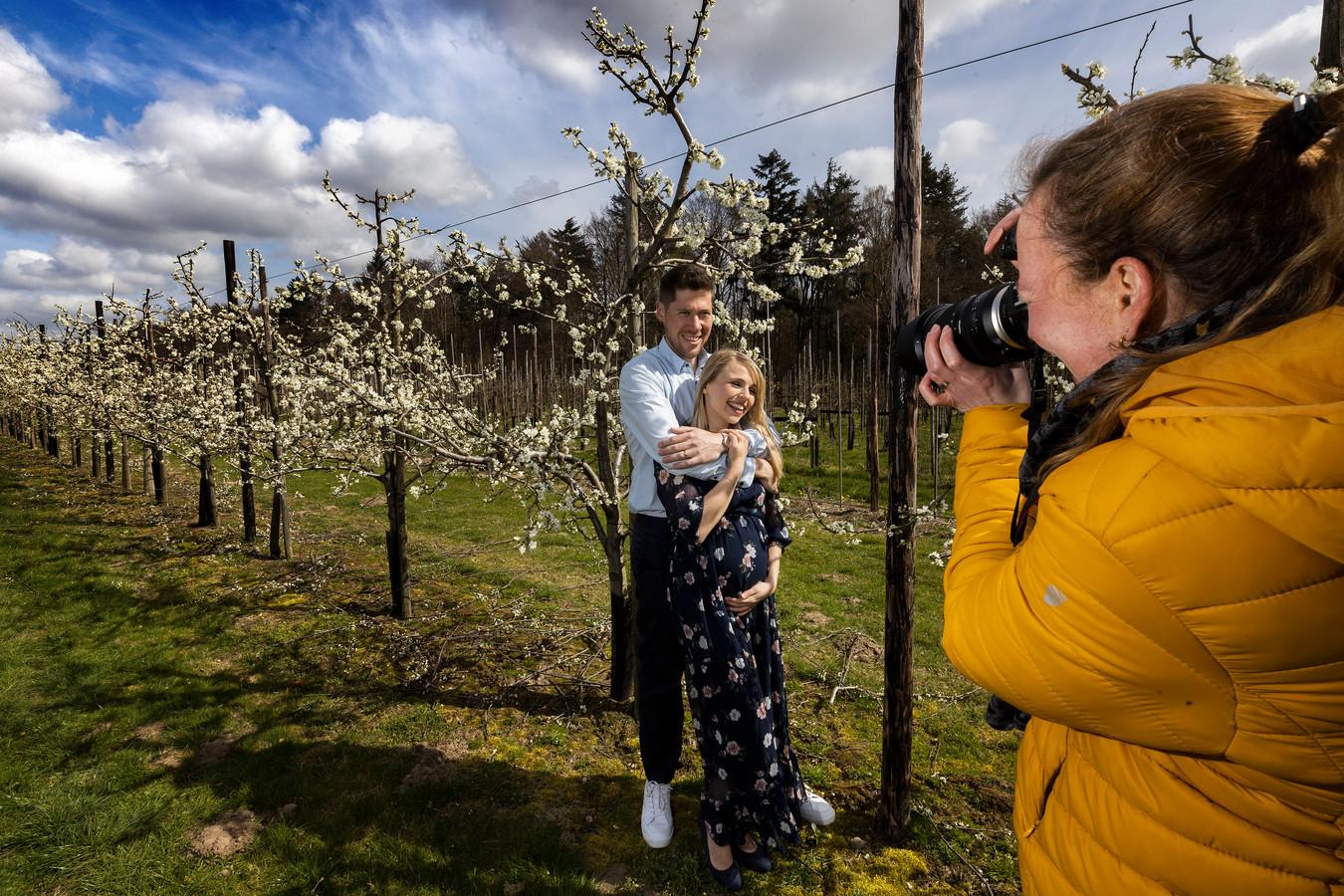 Thijs en Simone Kronenberg en fotografe Neeltje van Boekel zouden komend weekend zwangerschapsfoto's maken tussen de bloeiende pruimen in de Philips Fruittuin. Toen ze hoorden van de aangekondigde nachtvorst deze week, verzetten ze het voor de zekerheid naar afgelopen zaterdag.