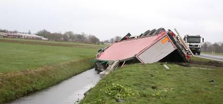 LIVE: westerstorm raast door deze regio, Enschedeër komt om het leven