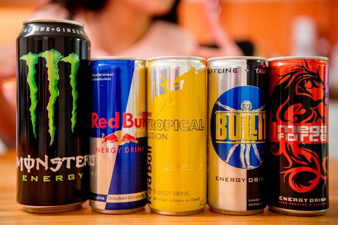 rotterdam - een puber drinkt een enegy drankje , monster , Red Bull Een blikje Monster Energy, Red Bull, Bullit en Rockstar Energy Drink.  Het Voedingscentrum adviseert kinderen onder de dertien jaar om geen energiedrankjes te drinken en jongeren boven die leeftijd slechts een blikje per dag. ROBIN UTRECHT