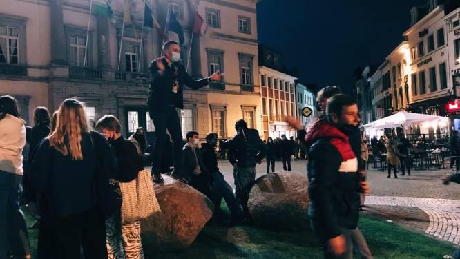 Aalsterse jongeren zingen 'Ajoinen' op het einde van T-Day