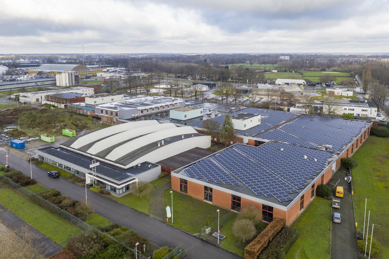Het dak van de nieuwe Waterstof Hub Twente in het voormalige pand van Sensata ligt al vol met zonnepanelen voor de opwekking van waterstof.
