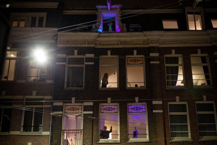 De afgelopen vijf avonden speelde een DJ een paar liedjes  vanaf de zolderkamer van een pand aan de Van Woustraat vlak bij de kruising met de Centuurbaan.  Beeld Maarten Brante