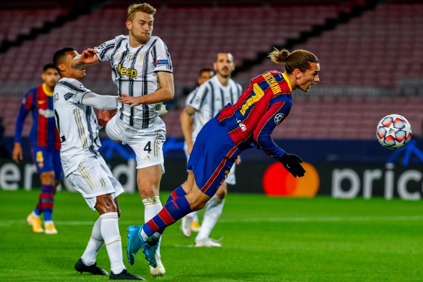 Antoine Griezmann kopt de bal voordat Matthijs de Ligt in actie kan komen.