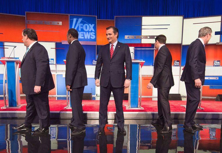 De deelnemers aan het Fox-debat lopen naar hun spreekgestoelte: Chris Christy, Ben Carson, Ted Cruz, Marco Rubio en Jeb Bush. Beeld afp