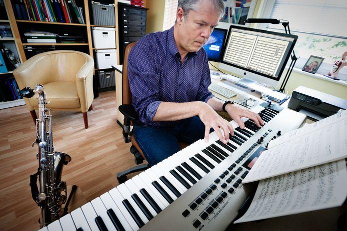 Joost Walter geldt als een groot liefhebber van de saxofoon. Hier maakt hij arrangementen voor het instrument.