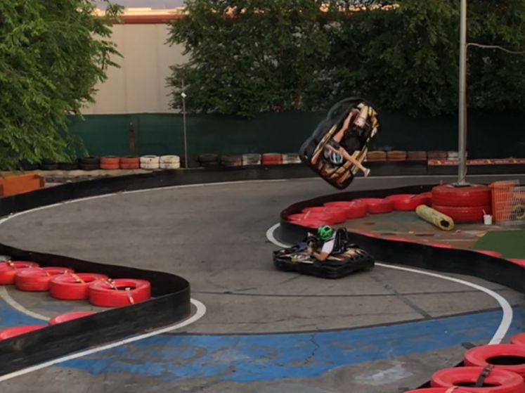 Un spectaculaire accident de karting