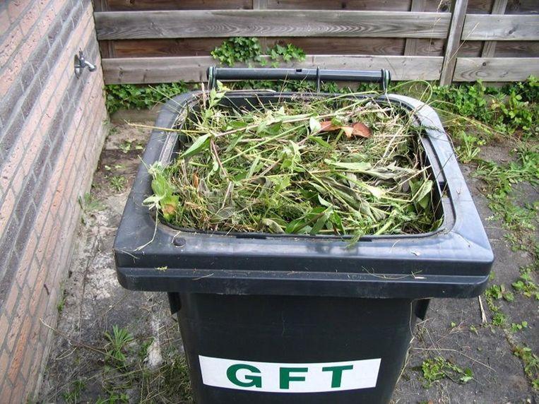 Een GFT-bak gevuld met vooral afval uit de tuin.