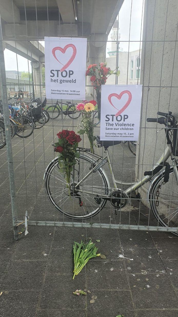 Buurtbewoners hebben posters opgehangen met de oproep om het geweld te stoppen.